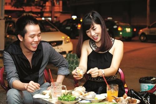 Quý bà Thu Hương hào hứng đi ăn cùng bạn bè ở một quán ăn bình dân.