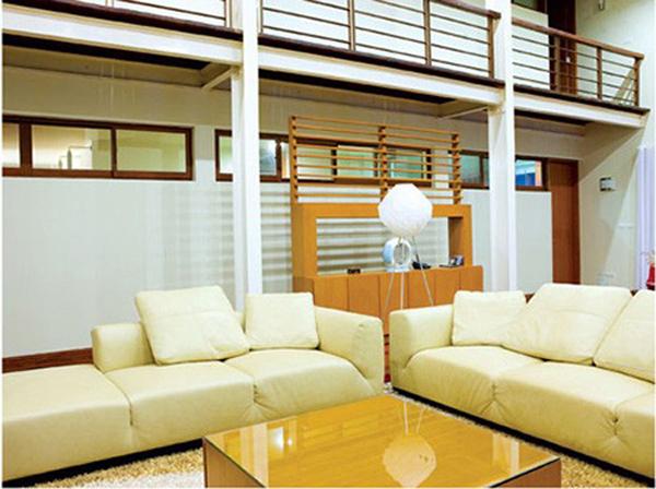 Phòng khách đơn giản và hiện đại.