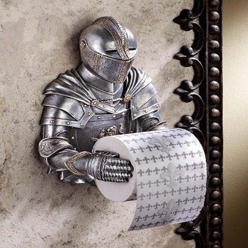 Chàng hiệp sỹ được đúc bằng đồng này sẵn sàng  phục vụ giấy vệ sinh cho bạn!