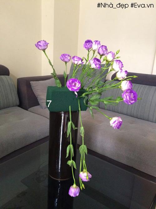 Lần lượt lấp hoa đầy vào xung quanh