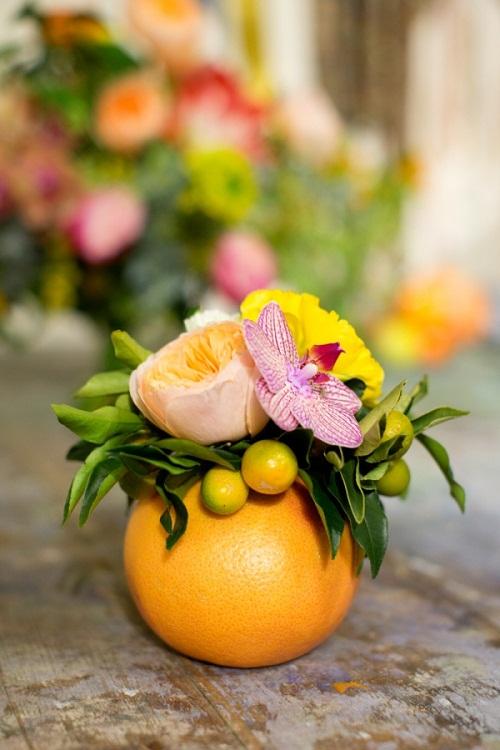 Nếu không muốn khoét ruột, thì đơn giản là bạn chỉa cần cắt phần trên của quả cam và cắm hoa vào, nhưng cách này sẽ hơi lãng phí đấy. Bình hoa quả cam cũng rất xinh xắn đúng không?