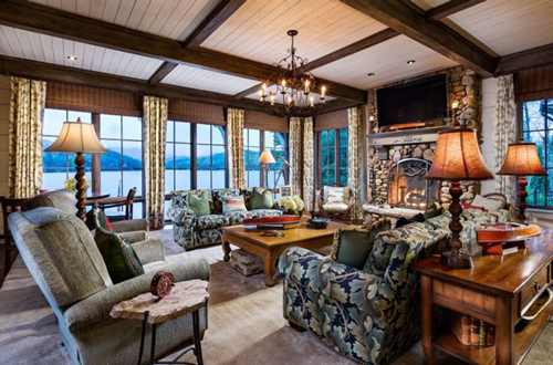 Phòng khách cũng có tầm nhìn ra mặt hồ, nội thất mang phong cách cổ điển quý tộc.