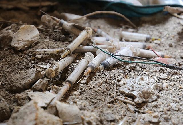 Những cây kim tiêm được chất đống lại nhuốm dần màu thời gian trong ngôi biệt thự hàng tỉ đồng