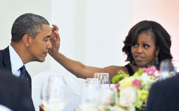 Bà Michelle giúp chồng lau trán khi dùng bữa tối tại Berlin, Đức ngày 19/6/2013.