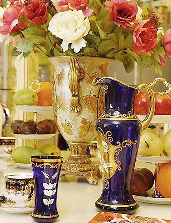 Trái cây, cốc chén,... cũng được bày phù hợp phong cách chung của căn nhà.
