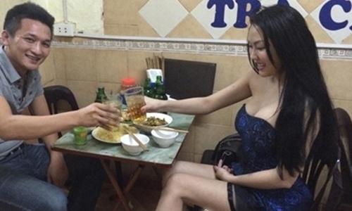 Phi Thanh Vân ăn mặc sexy đi ăn quán bình dân, thu hút nhiều ánh mắt tò mò