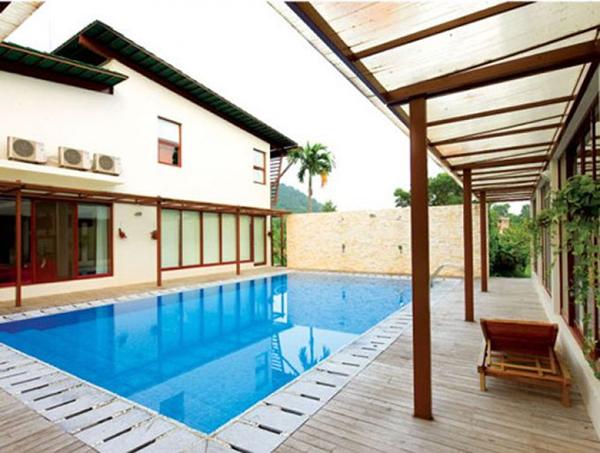 Bể bơi chính là điểm nối giữa không gian sinh hoạt và phòng tập nhạc cũng như thu âm.
