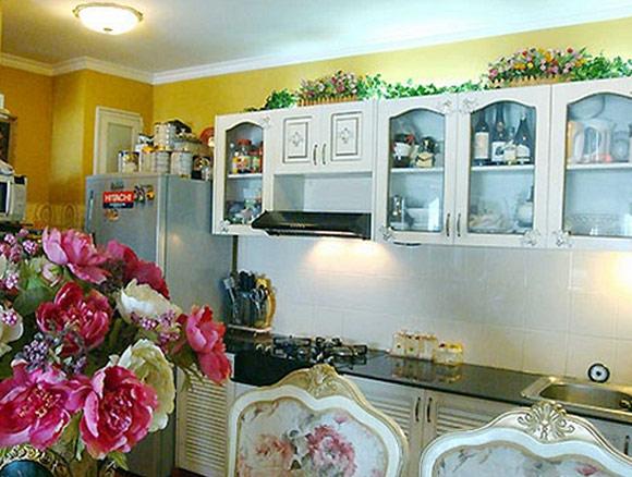 Gian bếp là nơi để bà chủ Thúy Hạnh trổ tài nấu nướng cũng được trang trí rất cầu kỳ theo phong cách Châu Âu cổ điển.