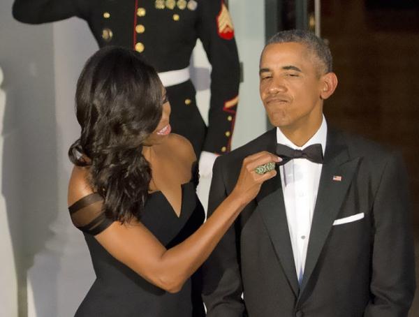 Bà Michelle chỉnh lại cà-vạt cho chồng.