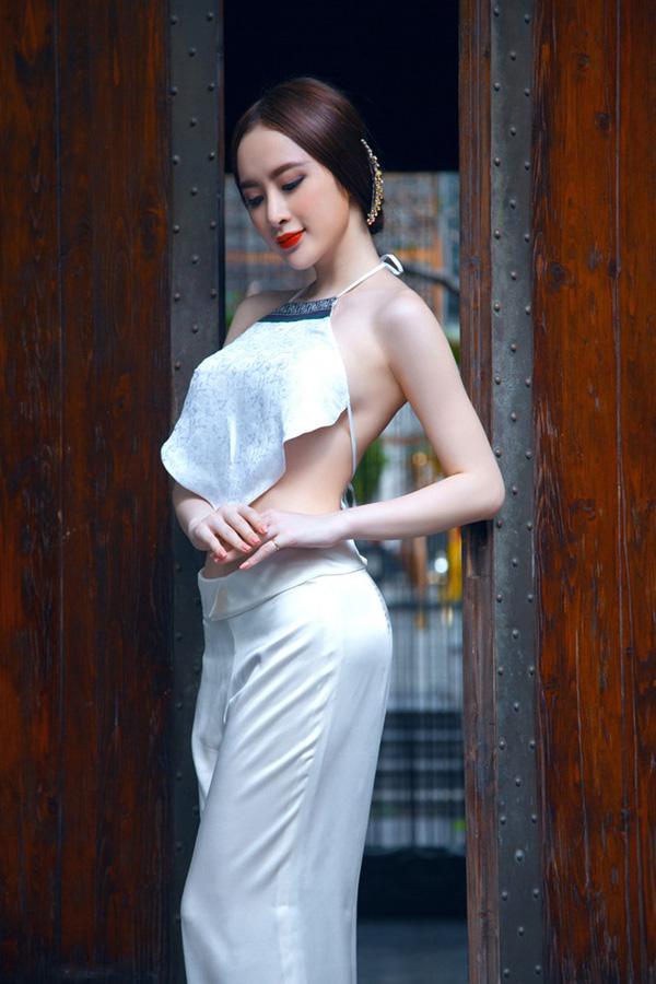 Angela Phương Trinh không ngại thả tự do vòng 1 trong những bộ váy áo cổ sâu ngút ngàn hay mỏng tanh, kiệm vải.
