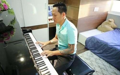 ... chơi piano trong phònghoặc hát những ca khúc của mình cho mọi người trên facebook.