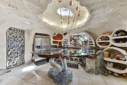 Nhà bếp độc lạ không kém, mái nhà được kết hợp với kính để đón ánh sáng tự nhiên.