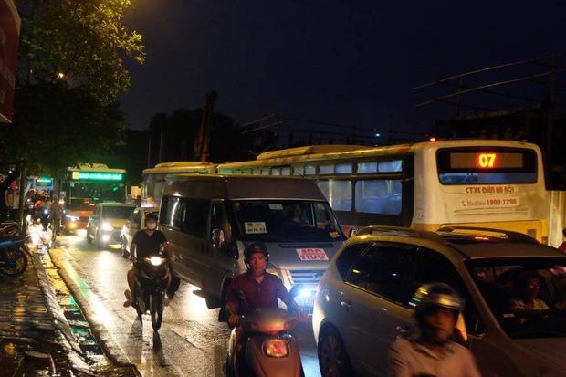 Xe buýt xếp hàng dài trên đường Kim Mã.