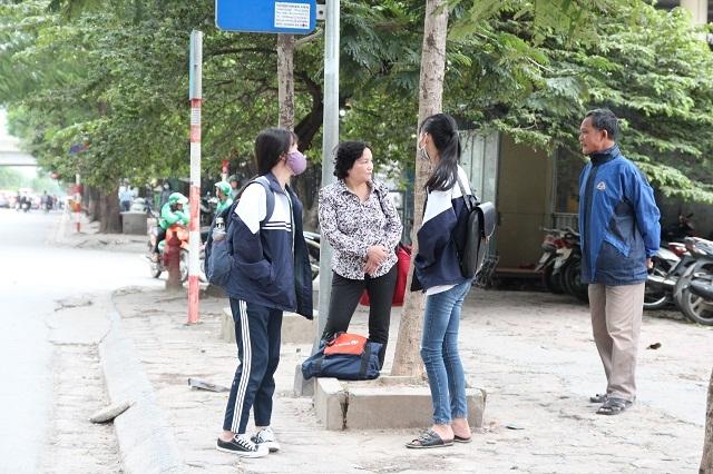 Nhiều học sinh chọn phương tiện di chuyển đến trường bằng xe buýt để tránh cái lạnh.
