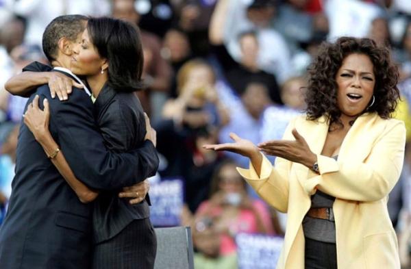 Hai ông bà ôm nhau khi vận động tranh cử cùng MC Oprah Winfrey ở Columbia, South Carolina ngày 9/12/2008.