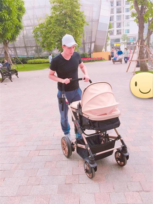  Ngoài đời, Việt Anh tranh thủ dành thời gian cho con trai đầu lòng