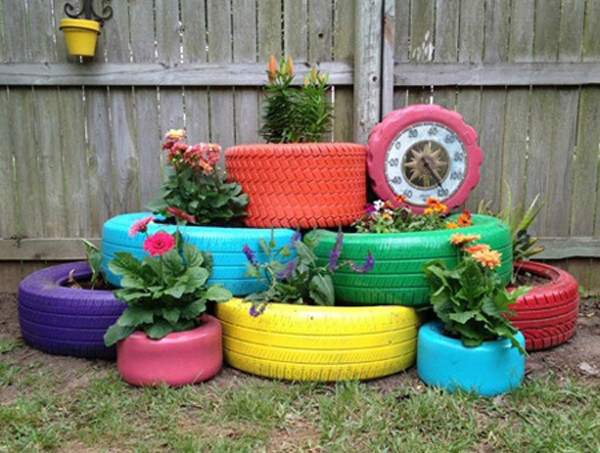 Vườn hoa mini rực rỡ khoe sắc trong những chiếc lốp xe bỏ đi.