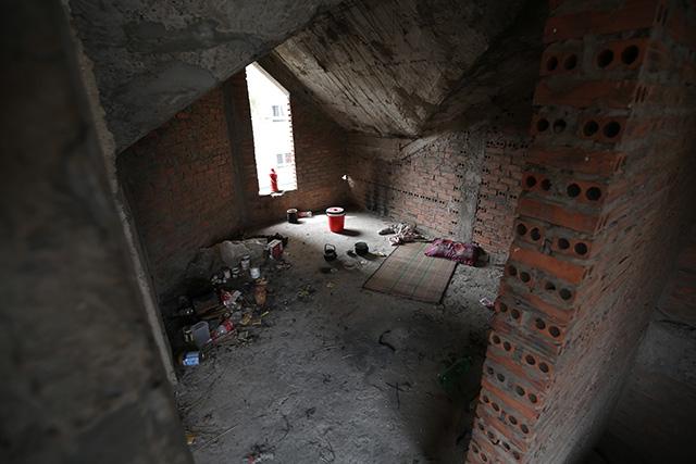 Trên tầng cao nhất của ngôi biệt thự có dấu hiệu của con người sinh sống, tạm trú.