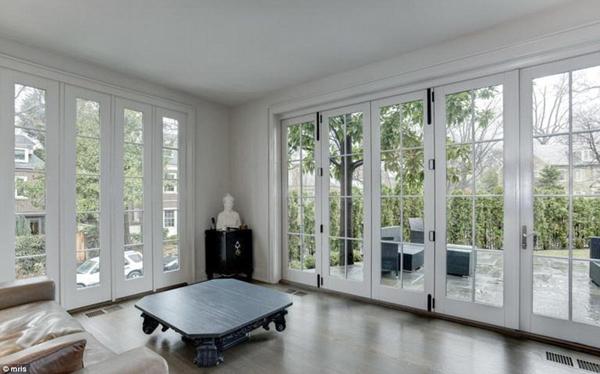 Căn biệt thự được lắp nhiều cửa kính để tận dụng ánh sáng tự nhiên tối đa.