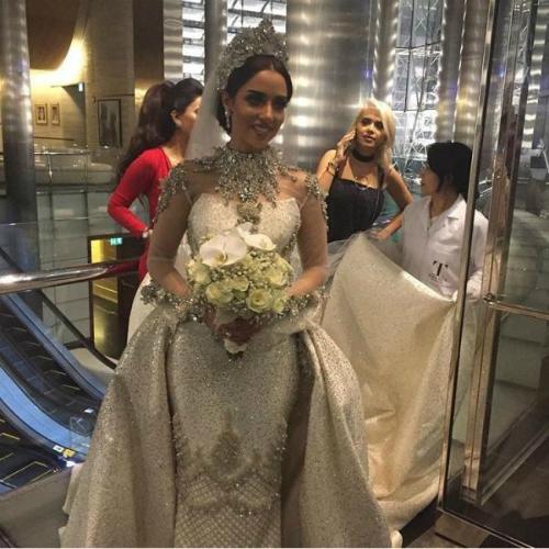 Để hoàn thiện vẻ hoàn hảo, nữ ca sĩ đeo đôi bông tai kim cương 16,5 carat cùng chiếc nhẫn đính hôn hình quả lê 6,5 carat.