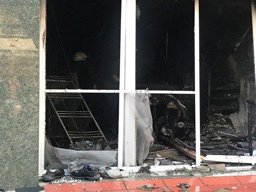 Tầng trệt đổ nát cùng khoảng 10 xe máy bị hư hại