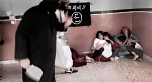 Nỗi khiếp đảm của một nhóm phụ nữ trước một chiến binh IS. (Ảnh: Daily Mail)