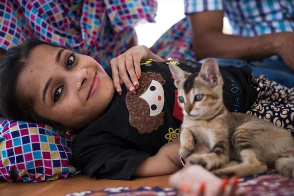 Từ khi chào đời, da con bé cực kỳ mỏng nhưng sau vài tuần thì bác sĩ nói rằng xương của Sabal rất yếu. Họ kê cho con bé uống bổ sung liều canxi cao cũng như các thứ thuốc khác nhưng không có tác dụng gì. Vợ chồng tôi chỉ biết đứng nhìn khi bệnh tình con nặng dần từ năm này qua năm khác, chị Ghazala Parveen, 37 tuổi, mẹ của Sabal, chia sẻ.