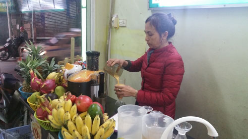 Chị Lan - vợ nghệ sĩ Hán Văn Tình đã mở quán hoa quả, Pizza để mưu sinh.