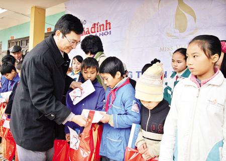 TS. Lê Cảnh Nhạc, Tổng biên tập Báo Gia đình và Xã hội trong một buổi trao quà từ thiện cho các học sinh nghèo vượt khó.