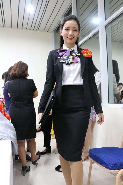 Nữ giáo viên xinh tươi trong trang phục công sở. Để đoạt giải đặc biệt, cô giáo 9X đã trải qua 3 ngày tranh tài ở 5 phần thi.