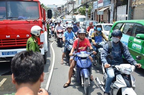 Giao thông ùn ứ trên đường Nguyễn Kiệm do ảnh hưởng vụ cháy