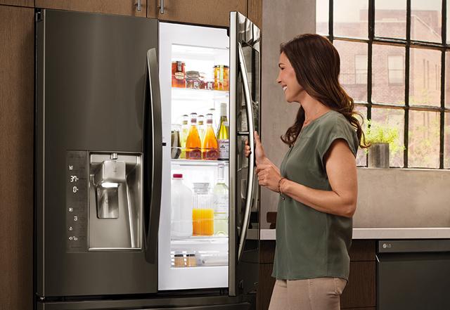 Tính năng Cửa-trong-Cửa độc đáo trên tủ lạnh giúp người dùng cất trữ và lấy đồ ăn dễ dàng, giảm thất thoát khí lạnh