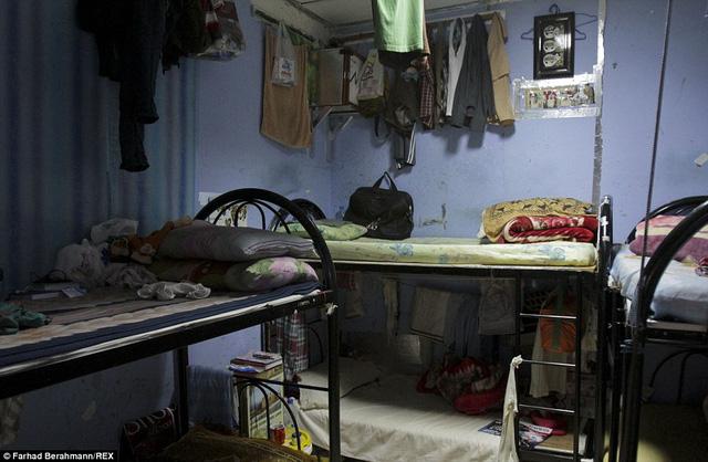 Phòng ngủ chật hẹp và cáu bẩn.