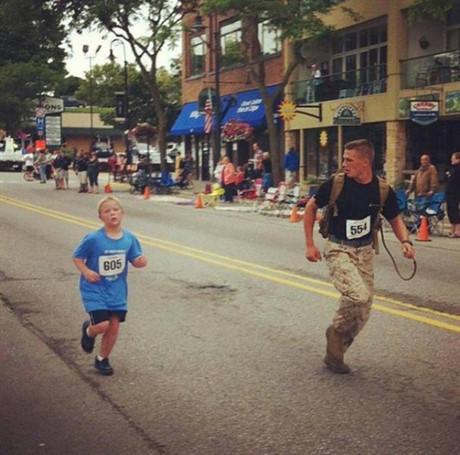 Một người lính đã đồng hành cùng cậu bé chạy cuối cùng trong cuộc đua marathon sau khi cậu vừa bị ngã. Khi chúng ta gặp khó khăn, vấp ngã mà có người luôn bên cạnh cổ vũ thì còn gì bằng đúng không nào? Đây có vẻ là một hình ảnh gây ấn tượng cho người khác đấy nhỉ?