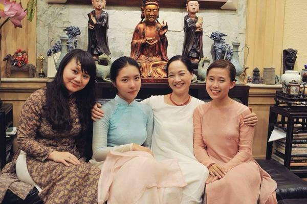 Lam Khê (áo dài xanh) chụp ảnh cùng mẹ và các thành viên trong gia đình.
