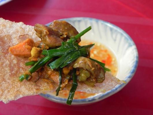Món ăn có vị cay, béo nên thường được dọn kèm bánh tráng để giảm ngán ngấy.