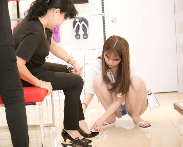 Cô ân cần giúp mẹ thử từng đôi giày. Ngọc Trinh từng tâm sự, cô yêu quý mẹ kế như mẹ ruột.