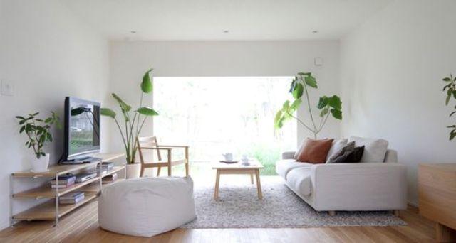 Ánh sáng tự nhiên cũng là một phần quan trọng. Họ thường chọn cửa sổ rộng mở hay lấy sáng từ giếng trời, từ trần nhà để không gian luôn thoáng đãng, gần gũi với tự nhiên.