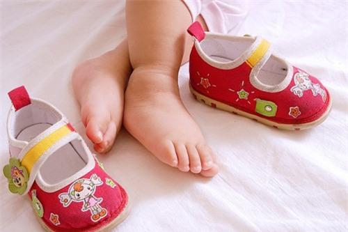 Cha mẹ nên mua giày dép phù hợp với kích thước chân của con, không rộng quá, không chật quá. Ảnh minh họa
