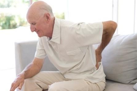 Theo thời gian, xương cốt của chúng ta sẽ bị thoái hóa. Vì vậy, khom lưng hay cúi người đột ngột là hành động nên hạn chế khi tuổi tác đã cao. (Ảnh minh họa).
