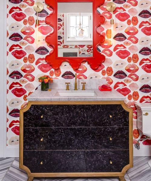 4. Đáp lên bức tường trong phòng tắm với những nụ hôn có sắc màu son môi quyến rũ, hớp hồn. Những nụ hôn nóng bỏng trong sắc thái của màu hồng peachy và màu hồng đỏ đánh dấu vẻ đẹp lộng lẫy này.