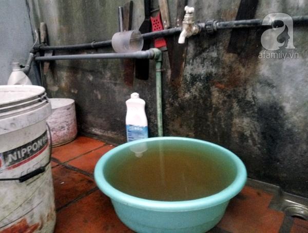 Khoảng 4-5 phút chậu nước đã chuyển sang màu đen.