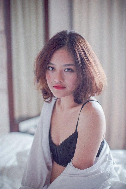 Ở tuổi 18, Thùy Anh tham gia bộ phim 'Đập cánh giữa không trung', trực tiếp thực hiện những phân cảnh nóng bỏng với bạn diễn Trần Bảo Sơn.