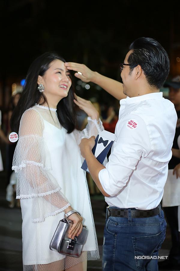 Kiều nữ được ông xã chăm sóc, giúp sửa sang lại mái tóc cho ngay ngắn.