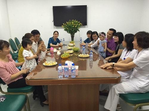 Các bác sĩ trò chuyện với gia đình bệnh nhân IVF thành công.