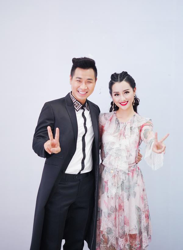 Quỳnh Chi vốn được khán giả biết đến là BTV/MC của các bản tin thể thao. Cô mới chuyển sang dẫn các chương trình giải trí từ cuối năm ngoái. Sau cuộc thi The Remix, cô tiếp tục đảm nhận vai trò dẫn dắt The Voice cùng Nguyên Khang.
