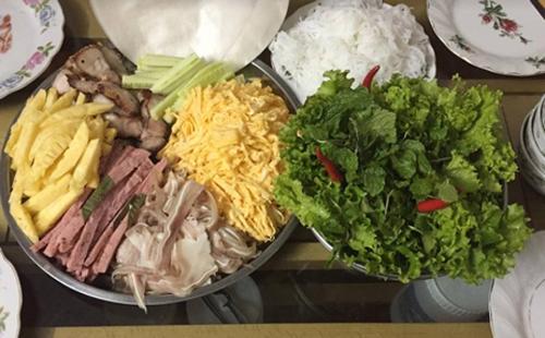 Lần đầu tiên thử làm món thịt ba chỉ phơi một nắng nhưng chị Trang đã rất thành công. Thịt thơm ngon, kèm với trứng rán, tai heo, bún... thành món cuộn dễ ăn trong ngày hè oi bức.