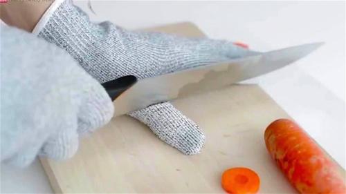 Bạn có thể sử dụng chiếc găng tay này khi cho trẻ tập công việc nấu nướng.