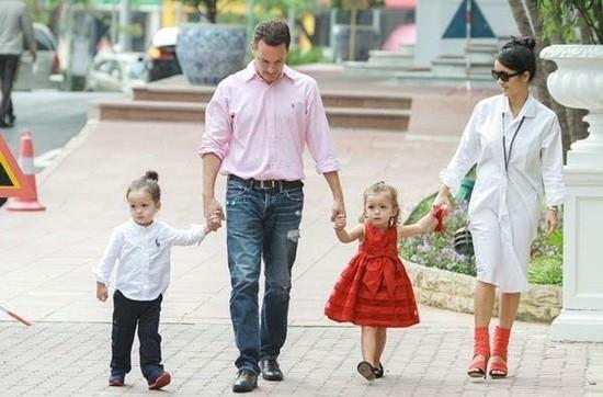 Khi Hồng Nhung đi sự kiện hay làm giám khảo, Kevin lại dắt theo hai con tới ủng hộ