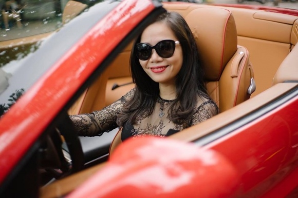 Chị Vân Anh khoe siêu xe sang chảnh.